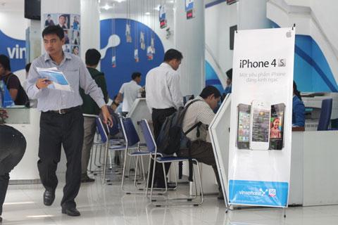 Ngày bán iPhone 4S vắng vẻ tại Sài Gòn. Ảnh: Quốc Huy.