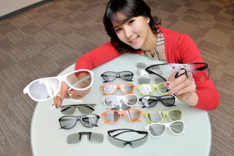 Các mẫu kính 3D dạng phân cực dành cho TV Cinema 3D đời mới của LG. Ảnh: Engadget.