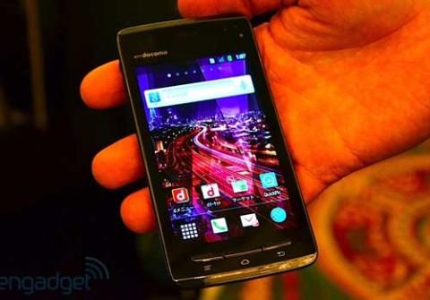 Smartphone siêu mỏng của Fujitsu bán ra với hệ điều hành Android 2.3.5 cài sẵn. Ảnh: Engadget.