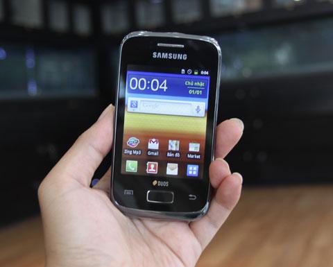Máy được trang bị màn hình cảm ứng điện dung 3 inch có độ phân giải 240 x 320 pixel. Model chạy hệ điều hành Android 2.3 với giao diện TouchWiz của Samsung.