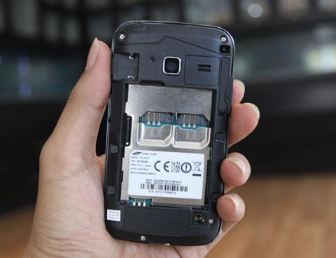 Máy có cấu hình giống với Samsung Galaxy Y Color Plus nhưng chạy được 2 sim 2 sóng, thẻ nhớ có thể nậng cấp lên đến 32 GB. Ngoài ra máy còn có kết nối 3G, Wi-Fi đồng thời có thể phát được Wi-Fi qua tính năng Wi-Fi hotspot. Người dùng có thể dễ dàng kết nối internet, các mạng xã hội hay nhắn tin miễn phí bằng ChatOn.