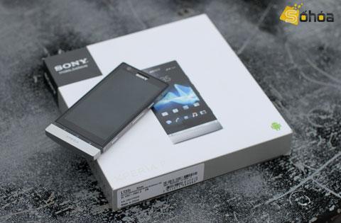 P là mẫu smartphone thời trang nhất trong loạt model ra mắt năm nay của Sony. Thiết kế kim loại nguyên khối với các đường nét vuông vắn làm cho máy trông thanh lịch và nam tính.