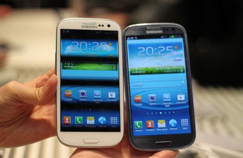 Chiếc Galaxy S III màu trắng sẽ bán sớm hơn bản xanh. Ảnh: Phương Thúy.