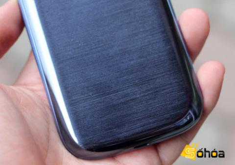 Cũng có chất liệu phủ bóng nhưng nắp lưng của S III xanh ngọc có các vân sọc ngang giống như kim loại.