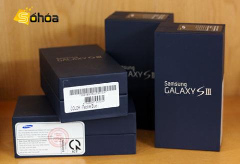 Cùng với bản màu trắng, Galaxy S III bắt đầu được bán ở Hà Nội với số lượng khá lớn.