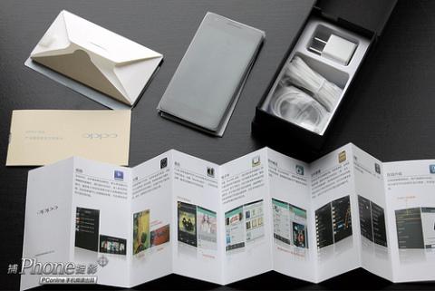 Một bộ sản phẩm đầy đủ bao gồm thân máy, sạc, cáp USB và tai nghe.