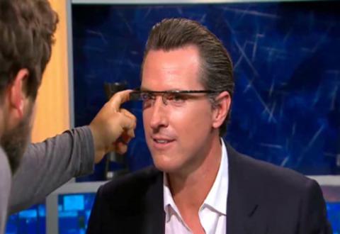 Phó thống đốc bang California Gavin Newsom được Google mời đeo thử kính Project Glass.