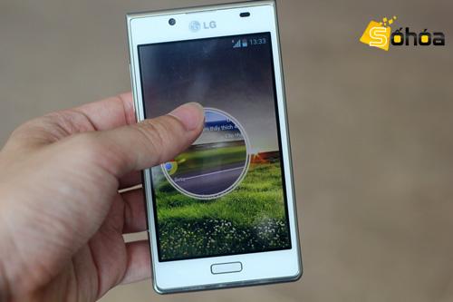 Bấm vào phím khóa và kéo ra để mở khóa màn hình. LG cũng cung cấp 4 nút tắt giúp truy cập nhanh vào các ứng dụng ngay từ màn hình khóa.