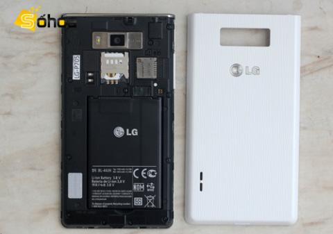 Khe cắm sim và thẻ nhớ nằm bên dưới camera. Pin đi kèm với L7 có dung lượng 1.700 mAh.