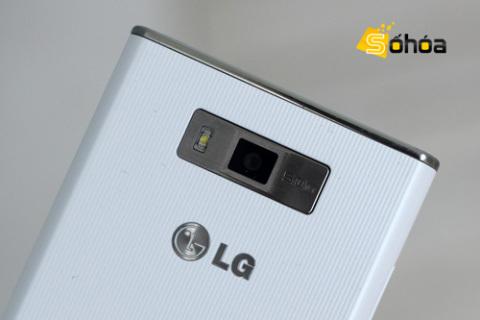 Cụm camera 5 Megapixel cùng đèn Flash được đặt trong một miếng kim loại xước.