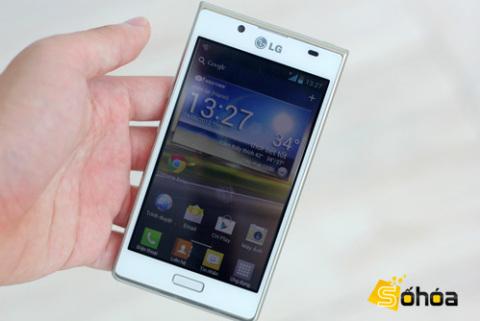 LG Optimus L7 có hai bản đen và trắng. Máy sở hữu màn hình rộng 4,3 inch và chạy Android 4.0 với giao diện đã được tùy biến lại.