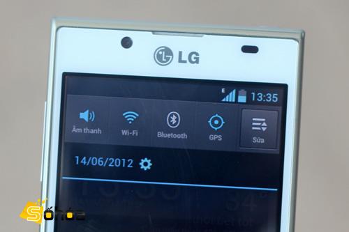 Thanh Notification với các phím tắt giúp cài đặt nhanh kết các kết nối. Phần này có tông màu xanh đen giống như trên giao diện gốc của Android 4.0.