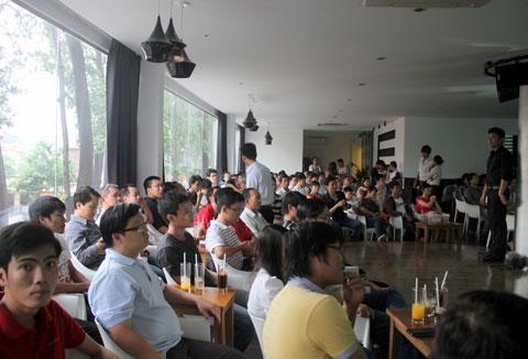 Tối qua và sáng nay, Samsung đã tổ chức buổi gặp mặt dành cho người dùng thích tìm hiểu về Galaxy S III. Hơn 100 người đã có mặt trong khuôn viên một quán cafe ở trung tâm Sài Gòn.