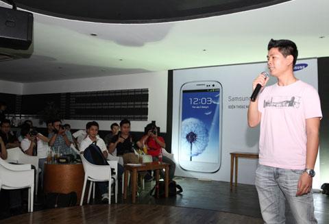 Đại diện của hãng giới thiệu sơ qua một số tính năng chính của Galaxy S III như khả năng chụp ảnh, truyền ứng dụng, nhận diện mắt người. Còn lại, thời gian dành cho người dùng trải nghiệm và sử dụng các tính năng trên máy.