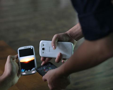 Một người dùng đã mua Galaxy S III đang nhờ các nhân viên Samsung test thử và so sánh khả năng truyền dữ liệu.