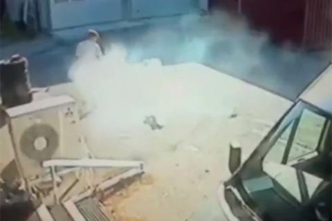 Một chiếc camera an ninh đã quay được cảnh iPhone bỗng dưng bốc cháy và tỏa khói nghi ngút ngay trong túi người dùng.