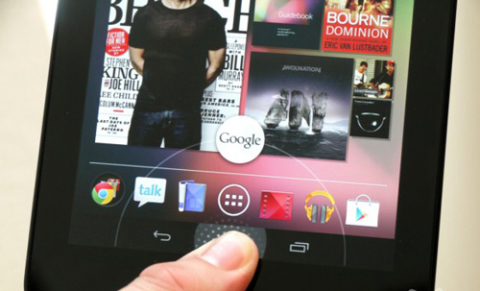 Google Now là tính năng tìm kiếm bằng giọng nói rất thông minh và trực quan được Google giới thiệu trên Android 4.1 Jelly Bean. Bởi vậy đoạn video dùng thử tính năng này trên chiếc tablet Nexus 7 200 USD đã thu hút được sự quan tâm của nhiều người.
