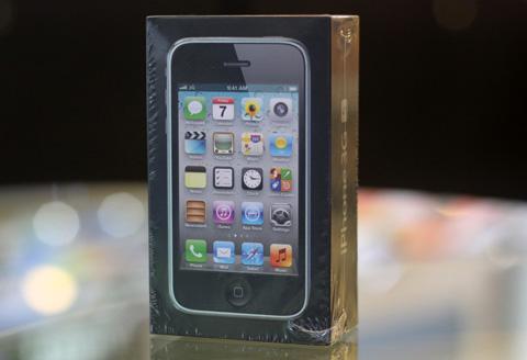 iPhone 3GS 8GB trở lại Việt Nam với cấu hình không đổi, nhưng được bán với giá dưới 10 triệu và không thông qua các nhà mạng Vinaphone và Viettel. Ảnh: Tuấn Anh.