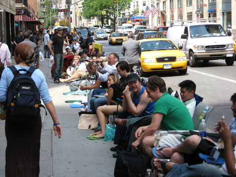 800px-Waiting-for-iPhones-NYC-thang-6-20