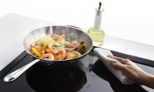 Có nên rút phích cắm bếp từ khi nấu xong?
