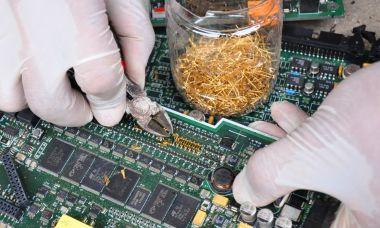 'Đào' vàng từ núi rác thải điện tử