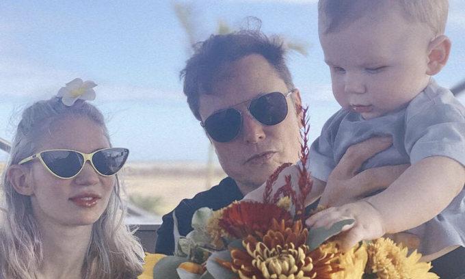 Elon Musk khoe ảnh chụp cùng bạn gái và con trai