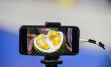 Nông dân livestream bán sầu riêng trên sàn thương mại điện tử